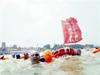 泰州海狮冬泳队的队员在勇渡黄河