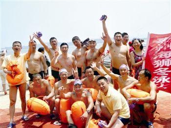 泰州海狮冬泳队的队员横渡黄河成功后合影
