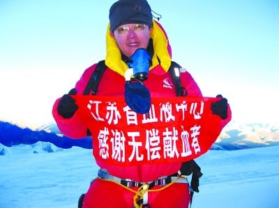 顾坚登顶珠峰时的情景。