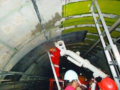 施工人员正在给隧道装上加固用的钢环。仇惠栋 摄