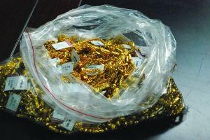 警方追回的金项链装了一口袋 现代快报记者 蒋文龙 摄