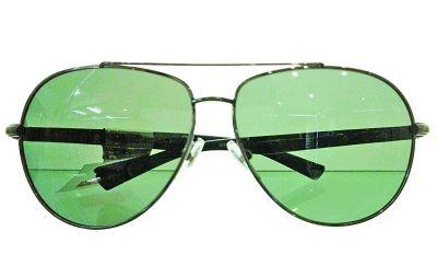 墨绿色太阳镜。