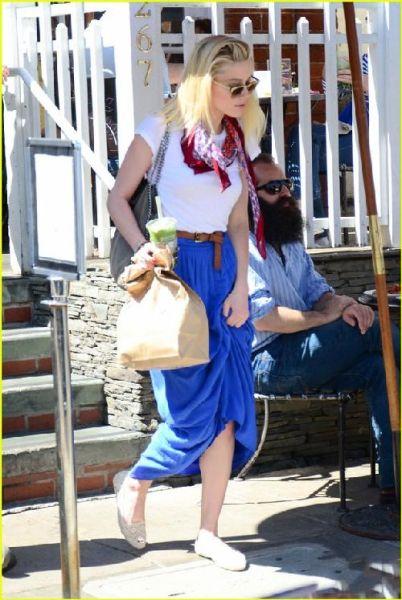 Amber Heard蓝白搭配十分清新,简单T恤搭配丝巾后变得丰富起来,印花更有夏日气息。