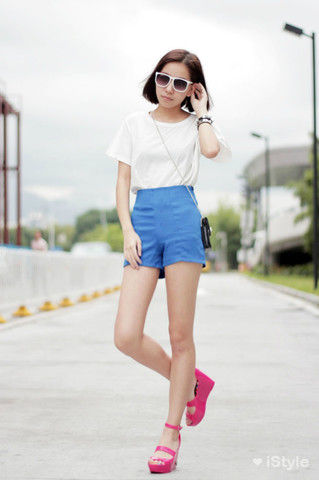 简单T加上蓝短裤,简单就是王道。