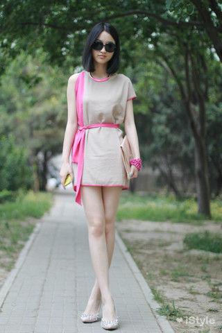 意见粉色问路的连衣裙也可以穿出气质。