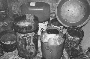 油桶沾满油垢,炼出的油暗淡浑浊