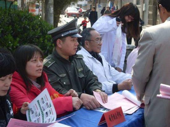 兰陵城管参加爱卫月宣传活动现场