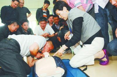 矿山救护队员培训――心肺复苏。