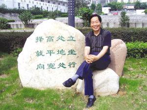 """年过六旬的夏传寿老师,很爱琢磨""""学习歌""""。"""