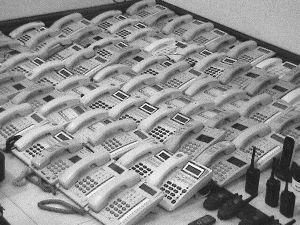 一排排用于拨打诈骗电话的座机