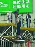 南京轻生女新街口跳天桥