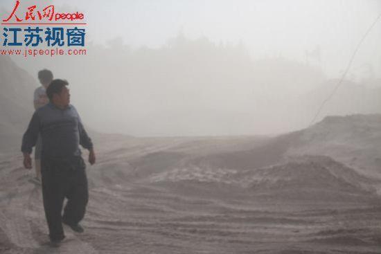 水库附近尘土漫天。