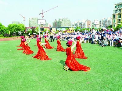 旭日景城小学教师表演的舞蹈。