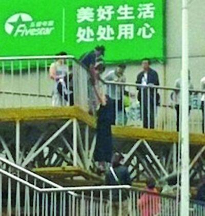 女子跳桥被救瞬间。网友提供