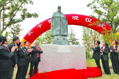 洪银兴书记、张大良司长、施建军教授、吴为山教授共同为孔子像揭幕。