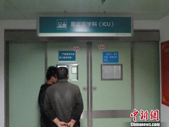 在大丰市人民医院重症病房外,伤者亲属透过小窗口向里探望。 谷华 摄