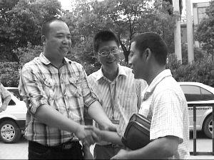 失主王先生(右)向钱师傅(左)表示感谢 报料人供图