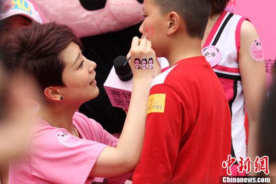 海清加入粉红春天家庭日的爱心活动中,与现场千余粉丝共庆母亲节。中新社发 钟欣 摄