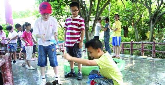 小朋友在玩耍'松鼠'
