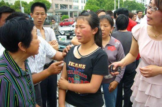 江苏泰州少妇扇打两名女学生遭群众围堵