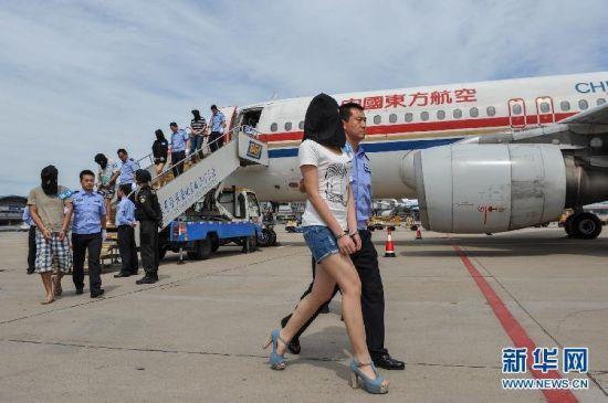 11·29特大跨国电信诈骗案126名嫌疑人押解抵京