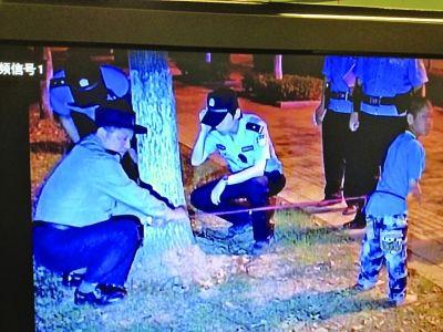 民警解开绳子救了男孩。