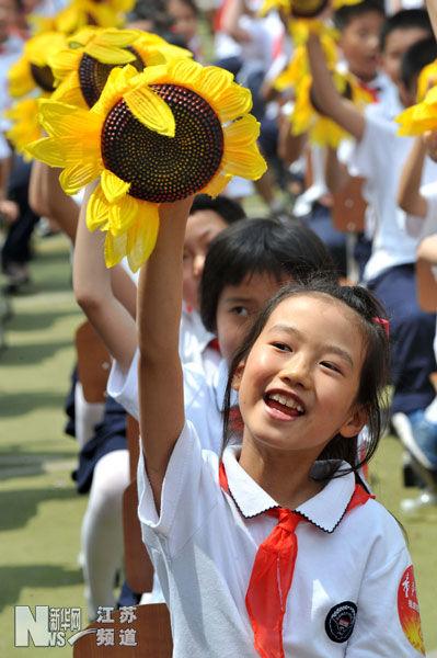 5月27日,参加启动仪式的小学生们在进行方阵对歌互动演唱。