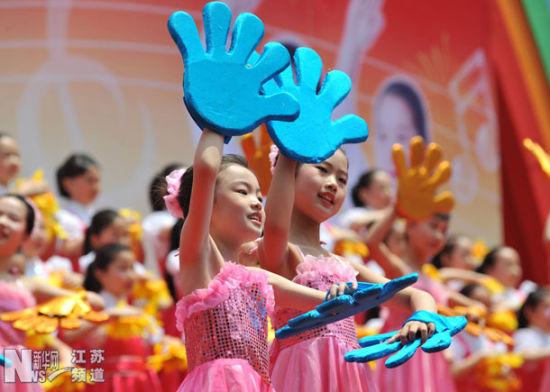 """5月27日,各校小学生在启动仪式上表演""""我的祖国,我爱您""""歌曲联唱和舞蹈。"""