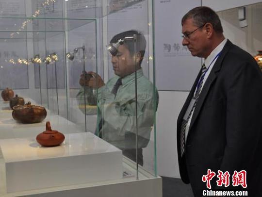 前来观看陶瓷艺术作品的外国嘉宾。 孙权 摄