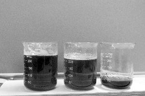 从左往右:配制出的假蜂蜜、假蜂蜜加上真的枣花蜜、购买到的某品牌枣花蜜,虽然从外观上难以区别这三者,但从气味和黏稠度等方面可加以辨别
