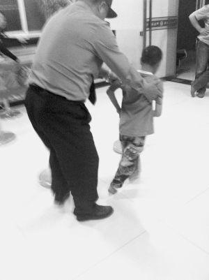 保安戚师傅试着让孩子走几步,但稍一松手孩子就要栽倒