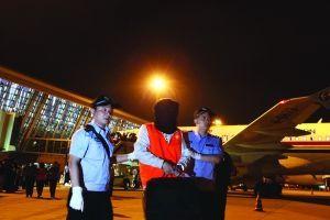 浦东机场,嫌犯被押下飞机