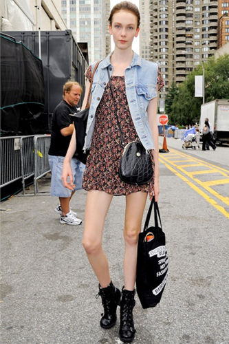 欧美时尚街拍一件马甲让你从路人变潮人