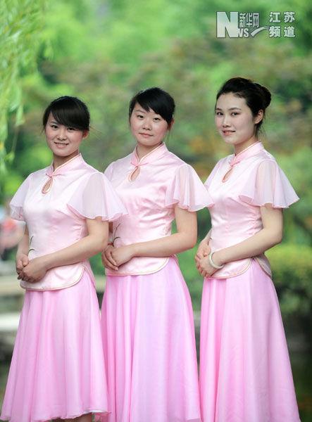 """扬州市个园的几名""""90后""""导游在展示新装。"""