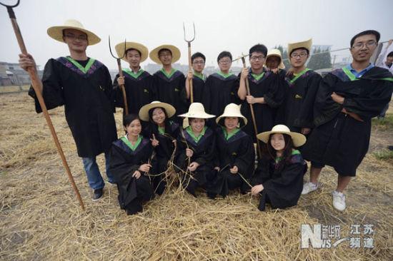 """6月4日,扬州大学学生穿着学士服拍摄""""搞怪""""毕业照。"""