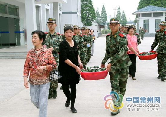 东头村社区端午慰问武警战士