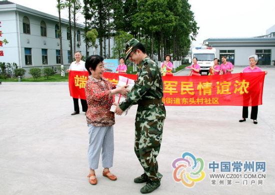 东头村社区准备了120本《辛亥革命中的常州人》赠送给部队官兵。
