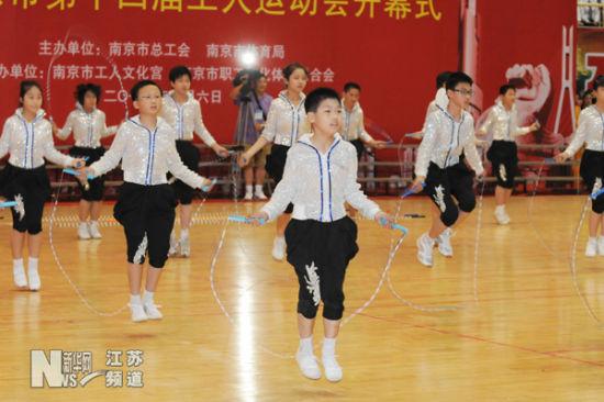 南京市小学生代表在开幕式上表演花式跳绳