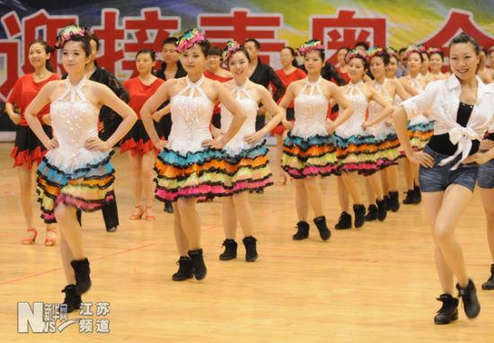 """运动员代表在开幕式上表演本次运动会比赛项目""""排舞"""""""
