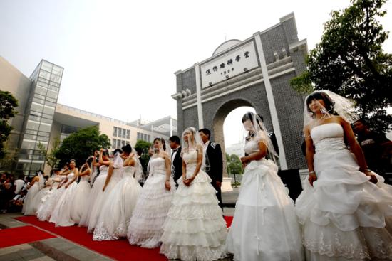 中国矿大为14对应届毕业生举行证婚仪式