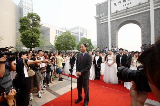 校长葛世荣为14对应届毕业生证婚