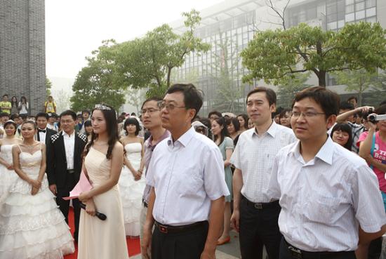 校党委副书记曹德欣(右三)及有关部门负责人出席仪式