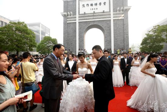 葛世荣校长亲手把结婚证和证婚词依次交付给每对新人