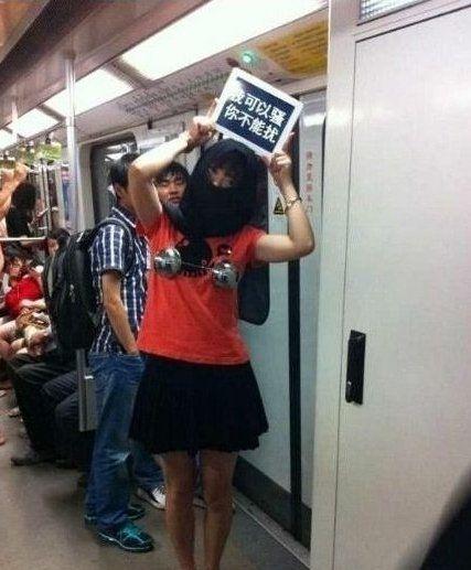 """上海地铁请女性自重遭抗议: """"我可以骚,你不能扰"""""""