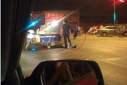 """南京城管将摊贩踩在脚下 回复:""""系协管失足踩到"""""""