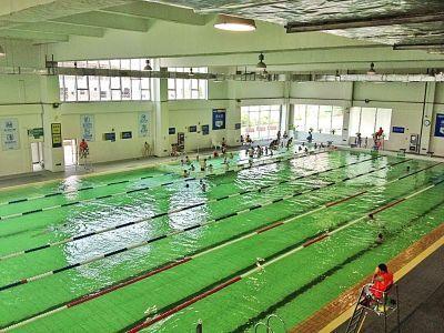 该游泳馆的池水确实有些浑