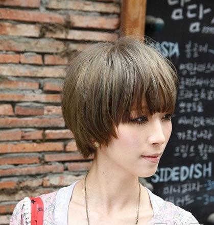 此款亚麻色的短发发型能突出小脸