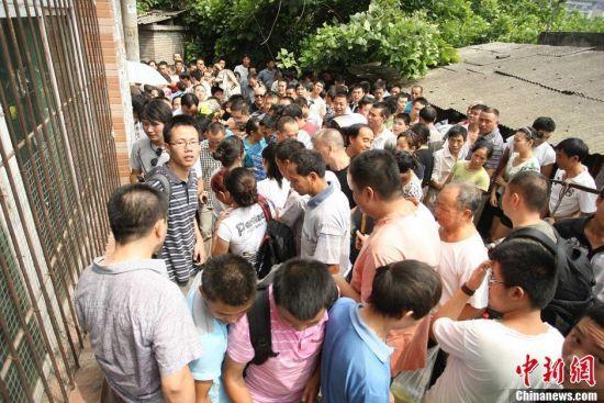 高清:重庆市民扎堆围观周克华丧身地