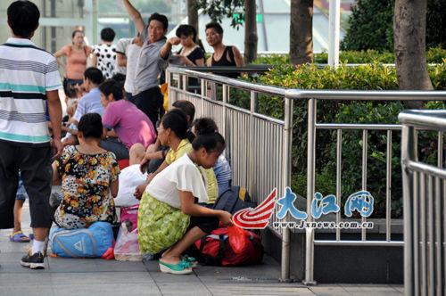 南昌火车站封死广场石凳称旅客卧躺影响形象