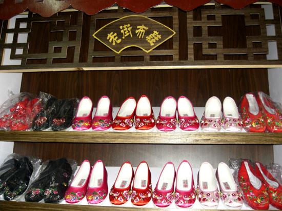 各种手工布鞋样式繁多